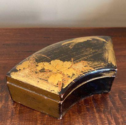 JAPON. Boîte de forme éventail en laque dorée...