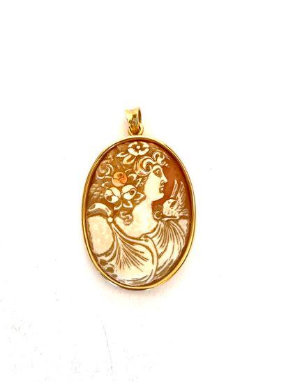 Camée profil de femme cerclé or (750 ). Poids...