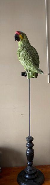Perroquet en résine sur socle en bois tourné....