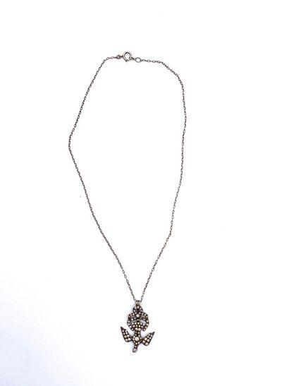 .PENDENTIF «SAINT ESPRIT» en argent (800 millièmes) articulé, orné de pierres...