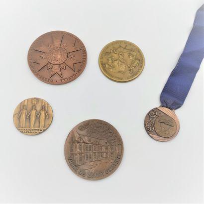 Lot de 2 médailles en bronze attribuée à...