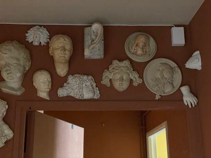 ensemble de figures d'applique en plâtre...