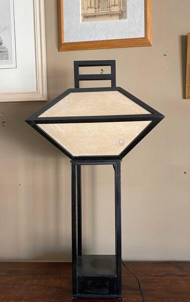 Lampe japonaise en bois laqué noir et papier....