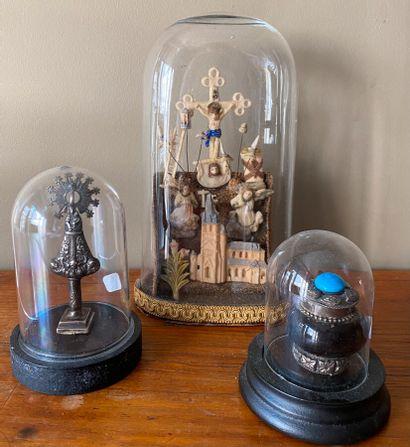Ensemble de 3 globes contenant crucifixion...