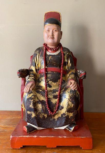 Dignitaire en bois sculpté laqué or et rouge...
