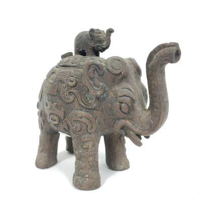 Brûle parfum en bronze en forme d'éléphant,...