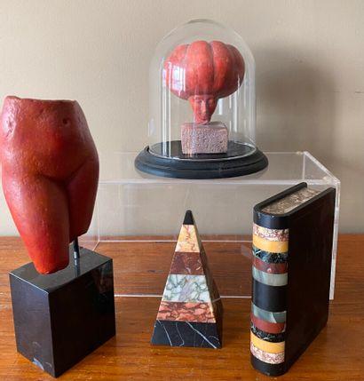 """Lot comprenant : un globe avce sculpture en céramique """"homme citrouille"""", cuisses..."""