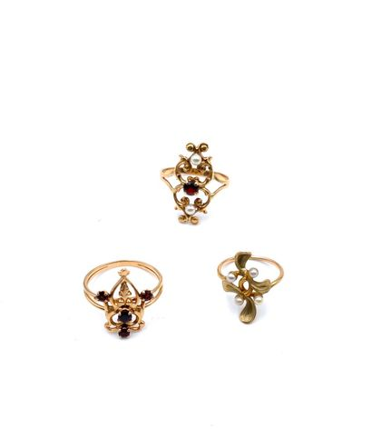Bague or jaune(750) grenat et deux perles....