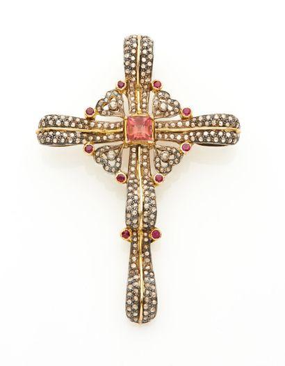Important PENDENTIF « croix » en or jaune...