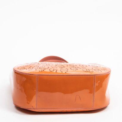 CHANEL  Circa 2005/06  Cabas  Tote    Cuir verni perforé orange  Orange perforated...