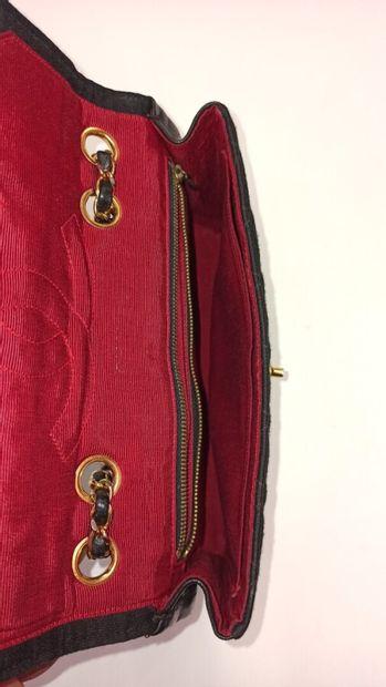 CHANEL vintage  SAC en jersey matelassé et cuir noir, garnitures en métal doré  25...