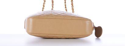 CHANEL vintage  SAC en cuir matelassé beige, garnitures en métal doré  24 x 17 x...
