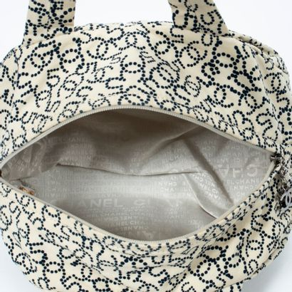 CHANEL  Circa 2005/06  Sac polochon  Duffle bag    Toile imprimée ivoire et noir...