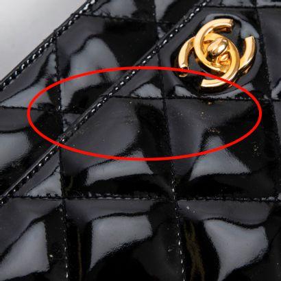 CHANEL  Circa 1996/97  Sac  Bag    Cuir verni matelassé noir  Black quilted patent...