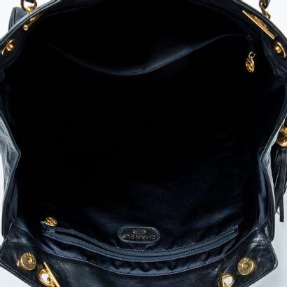 CHANEL  Circa 1991/94  Cabas pompon  Tassel tote    Cuir matelassé noir  Black quilted...