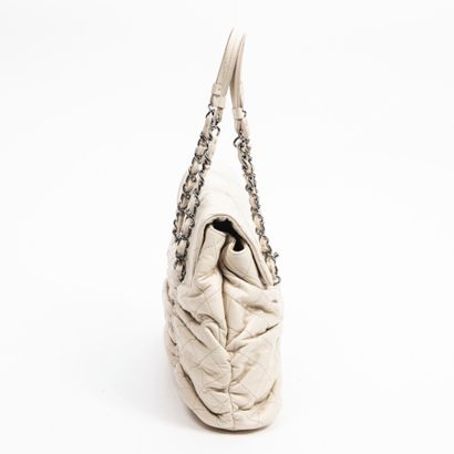 CHANEL  Circa 2006/08  Cabas  Tote    Cuir matelassé ivoire  Ivory quilted leather...