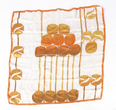 CHRISTIAN DIOR - 1970s  CARRÉ en soie imprimée à décor de balles  77 x 77 cm  (mini...