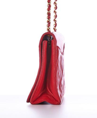 CHANEL vintage  SAC en cuir matelassé rouge, garnitures en métal doré  20 X 15 x...
