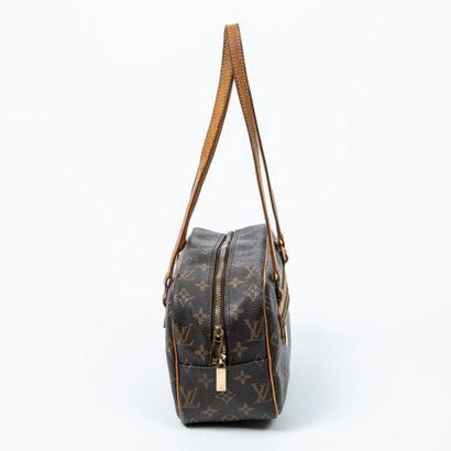 """LOUIS VUITTON  2003  Sac """"Cité"""" MM  """"Cité"""" MM bag    Toile Monogram, cuir naturel..."""