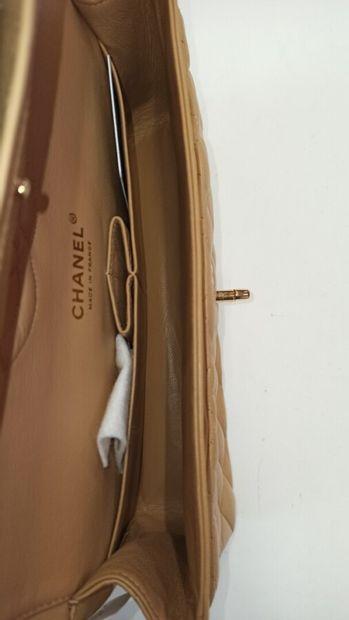 "CHANEL  SAC ""Timeless"" en cuir matelassé cappuccino, garnitures en métal doré, carte..."