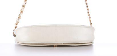 CHANEL vintage  SAC en cuir matelassé blanc cassé, garnitures en métal doré  23...