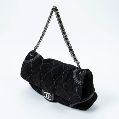 CHANEL  Circa 2008/09  Sac  Bag    Daim matelassé noir  Black quilted suede  Garnitures...
