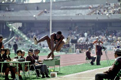 BOB BEAMON Mexico 1968. Bob Beamon, saut...