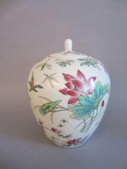 Pot couvert en porcelaine à décor de fleurs....