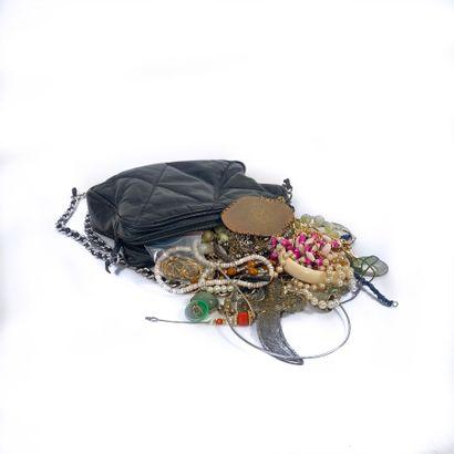 Sac contenant divers bijoux fantaisie, bracelets,...