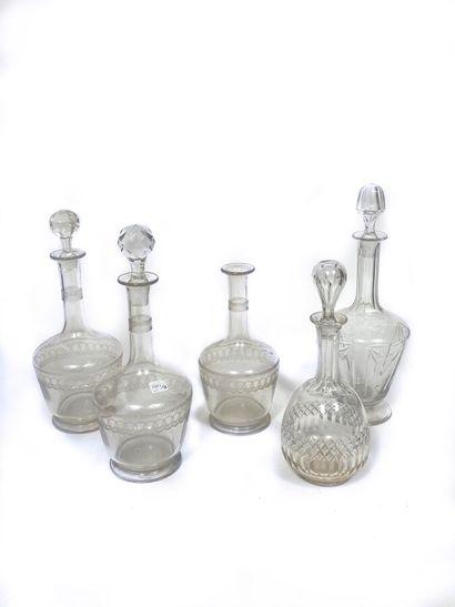 Suite de trois carafes en cristal taillé...