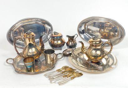 Lot de métal argenté comprenant : plats,...