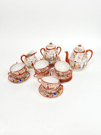 JAPON. Service à thé en porcelaine à décor...