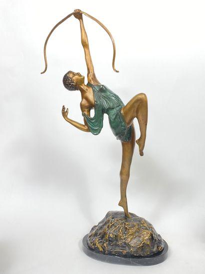 Danseuse à l'arc. Sculpture en alliage cuivreux...