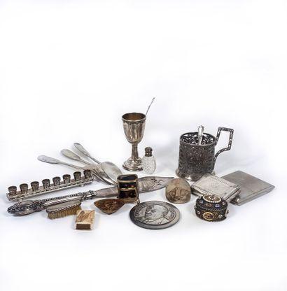 Lot comprenant : porte-tasse en métal argenté,...
