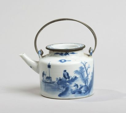 VIETNAM, Hue - XIXe siècle-Verseuse en porcelaine...