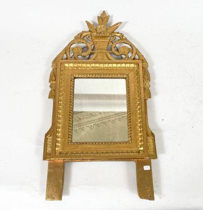 Petit miroir en bois doré à panier de fruits....