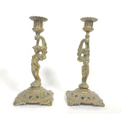 Paire de bougeoirs en bronze doré « sphinges...