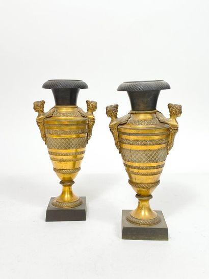 Paire de vases en alliage cuivreux épaulé...