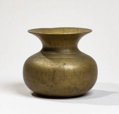 CHINE - Début XXe siècle -Crachoir en bronze....