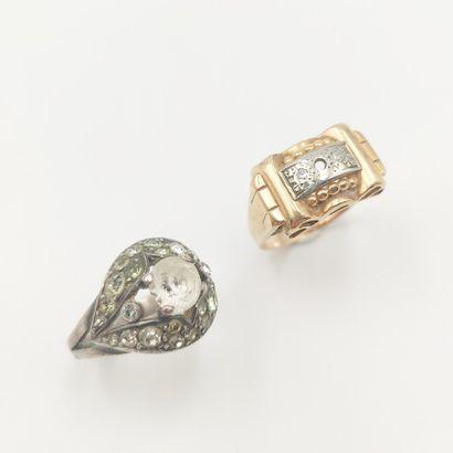 Deux bagues en or jaune et or gris (750 millièmes)...