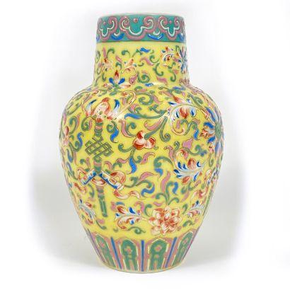 Vase en verre opalin à motifs asiatiques...