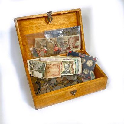 Coffret compenant billets et pièces de monnaie...