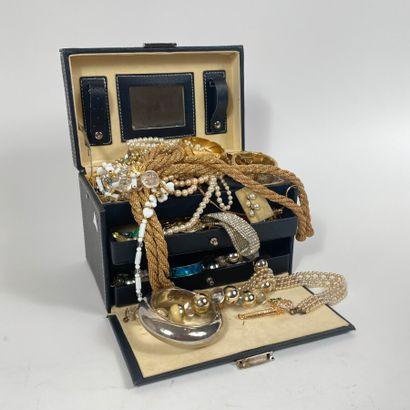 Coffret à bijoux contenant divers bijoux...