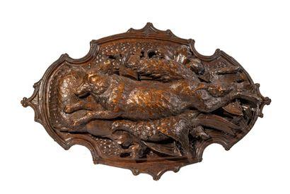 Paire de trophées en bois sculpté à décor...