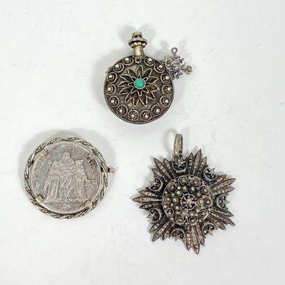 Lot en argent comprenant : un pendentif oriental...