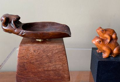 JAPON. Petite coupelle en bois à motif d'une...