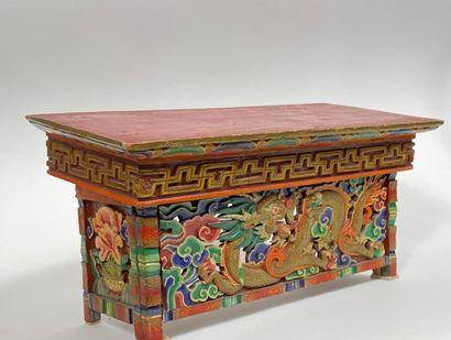 Petit autel portatif en bois, à décor en...
