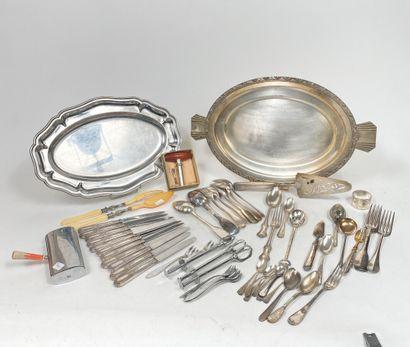 Ensemble de métal argenté comprenant : plats,...