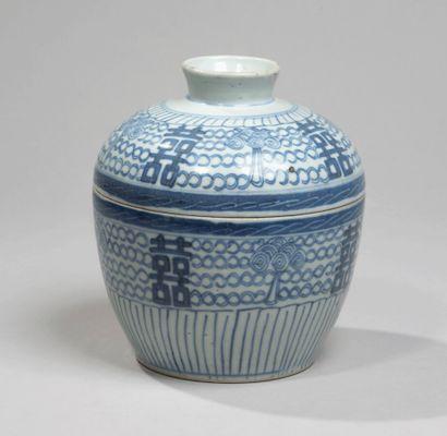 VIETNAM - XXE SIÈCLE - Bol couvert en porcelaine...
