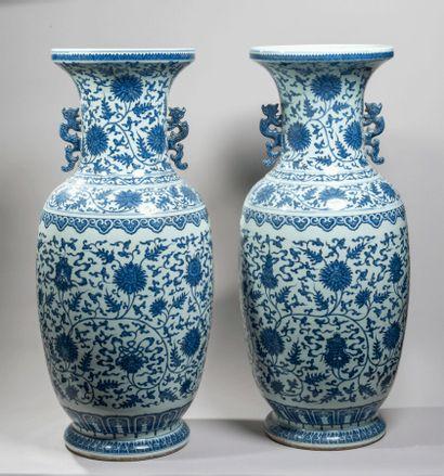 CHINE - XXe siècle - Paire de grands vases...